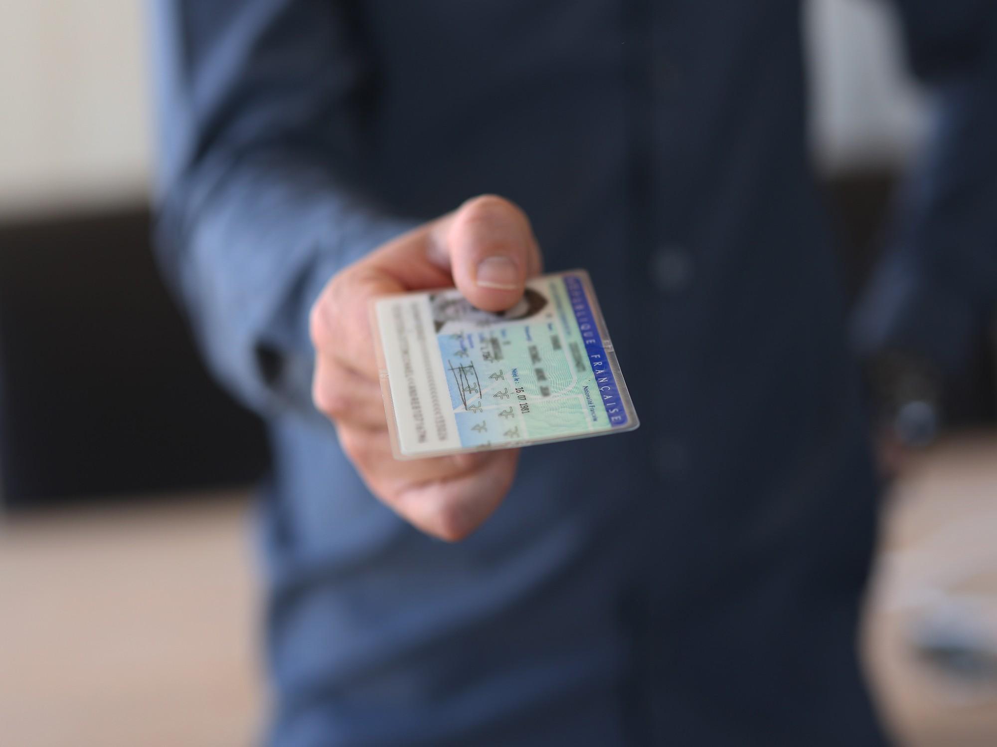 Expatriés : ce qu'il faut savoir pour recevoir ses documents d'identité à domicile