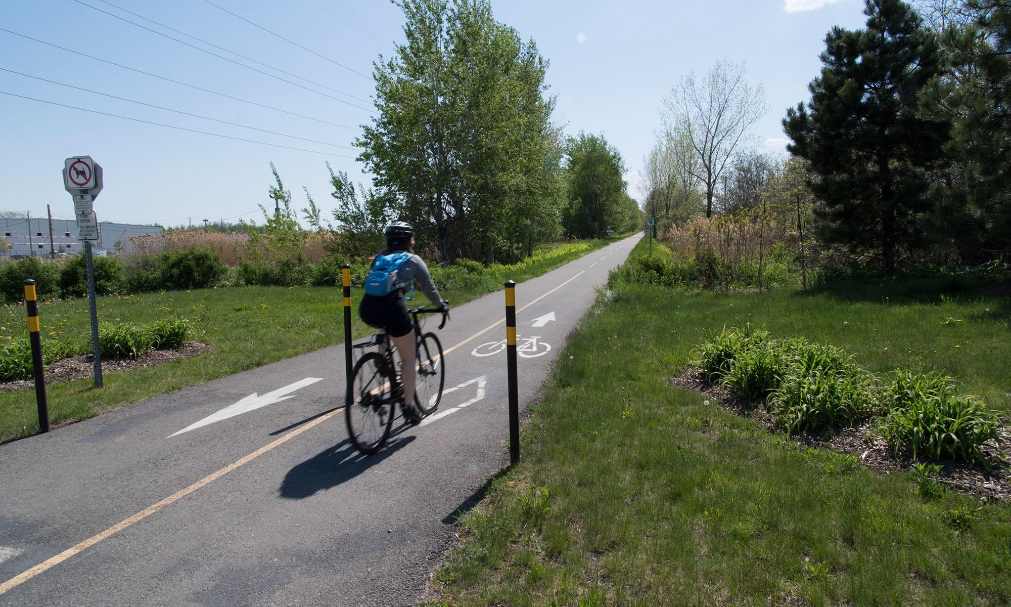 Une piste cyclable traverse le parc industriel. On peut venir y travailler à vélo!