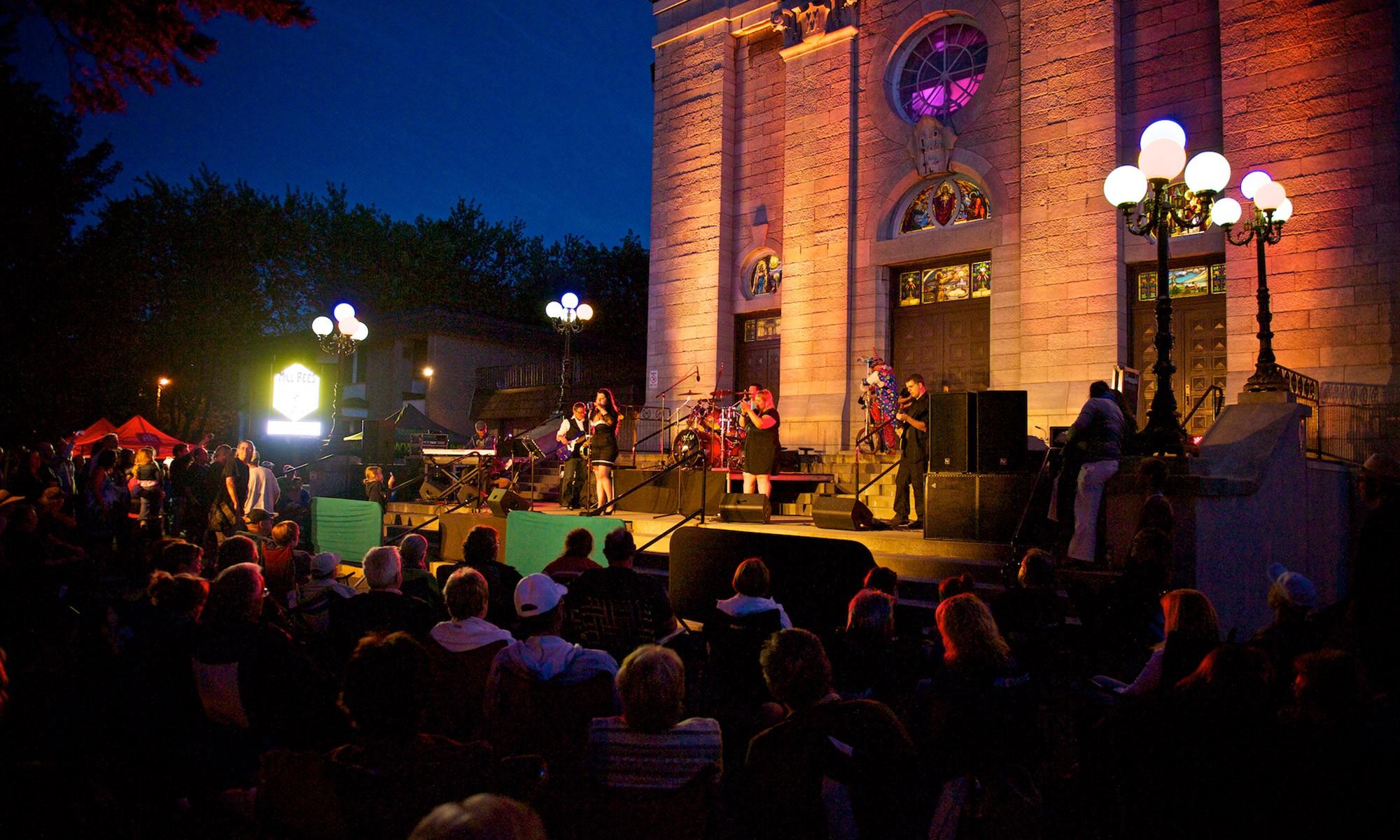 La ville est aussi l'hôte de plusieurs festivals, entre autres ceux de la chanson (international) et des voitures anciennes ainsi que des événements sportifs (tennis et soccer).